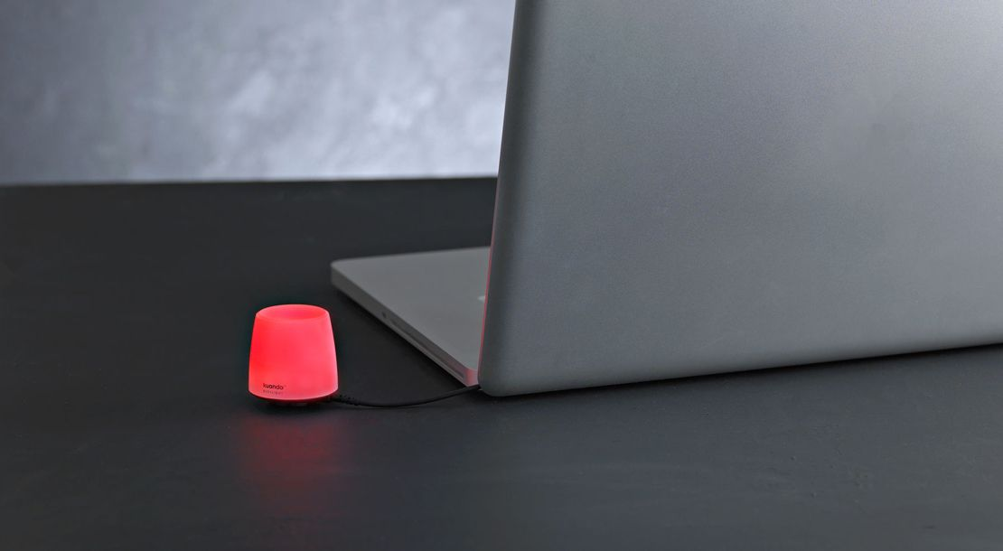 Kuando Busylight Omega viser rød på bordet